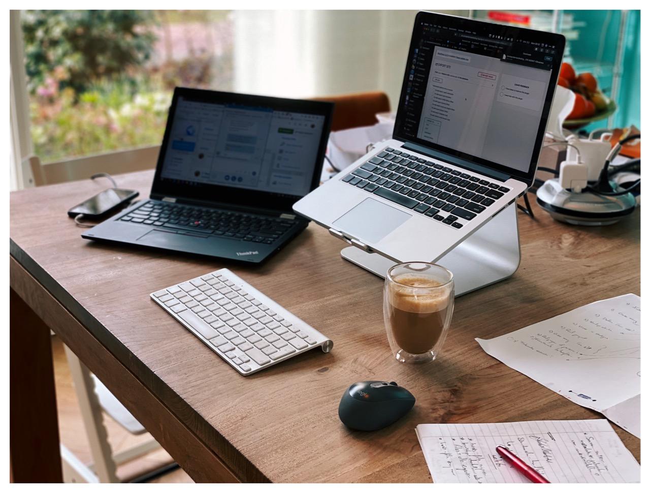 Laptops en koffie op een tafel