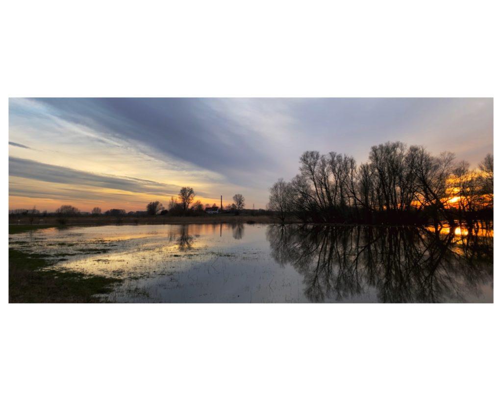 Mooie avondlucht gereflecteerd in water