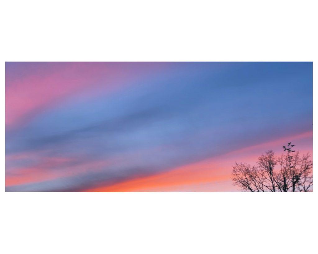 Schilderachtige avondlucht met blauw, roze en oranje accenten