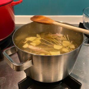 Citroen en gember in een pan op fornuis