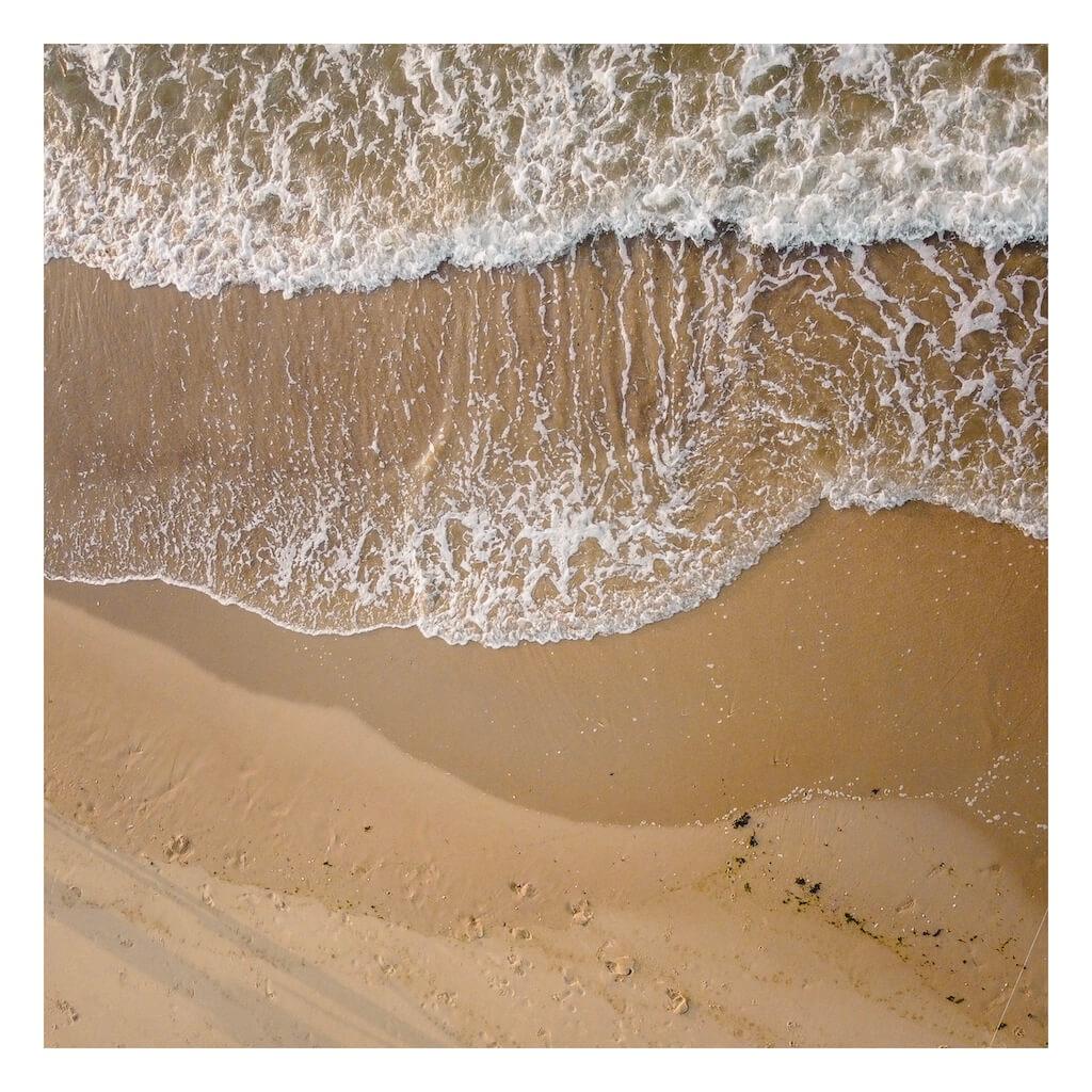 Drone foto van golven op het strand door Roel Groeneveld