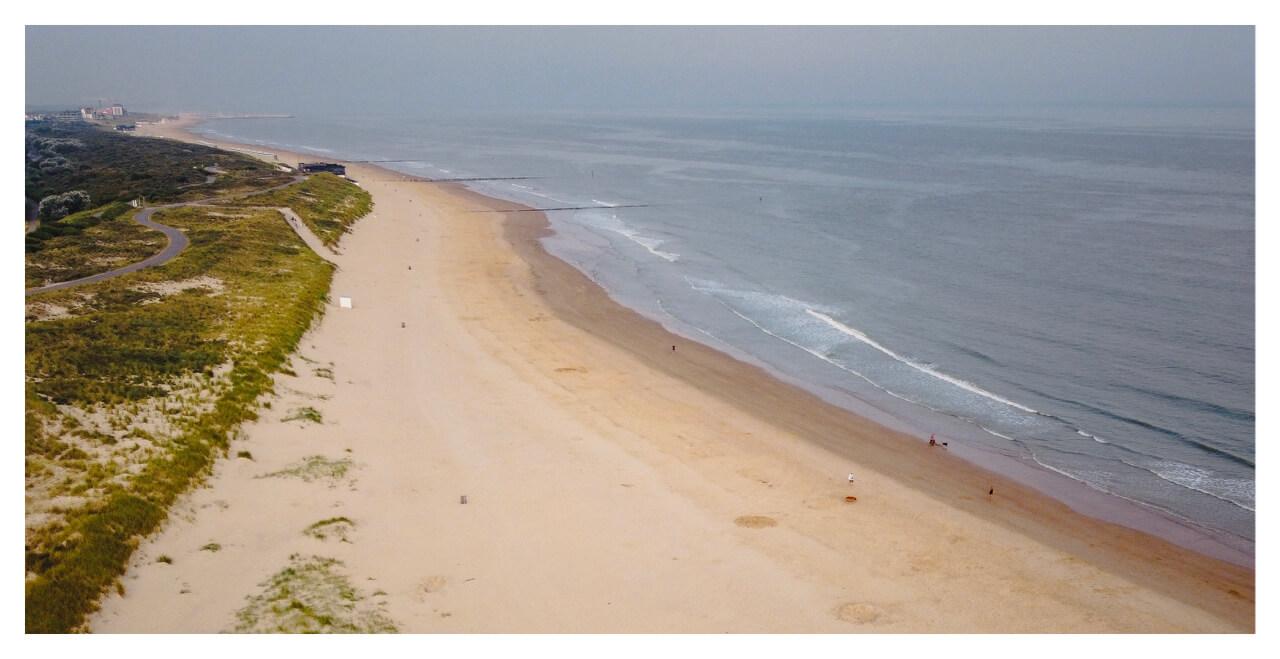 Strand richting Cadzand uit de lucht gefotografeerd